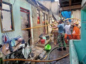 Damkar Seskoal padamkan kebakaran rumah warga.