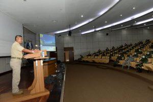 Laksamana Madya TNI (Purn) A.Taufiqoerrochman M, S.E., tatkala memberikan kuliah umum di depan 175 Pasis Seskoal.