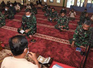 Warga Muslim Seskoal bersama-sama mendoakan  keselamatan bagi KRI Nanggala-402.