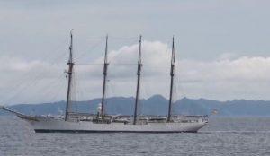 Kapal latih Angkatan Laut Spanyol saat berpapasan dengan KRI Hasan Basri.
