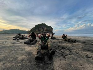 Peserta Sea and Jungle Survival Jalani Latihan di Hutan Pantai Baruna.