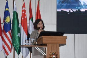 Dr. Susaningtyas Nefo Handayani saat memberikan kuliah umum untuk para Pasis Seskoal.
